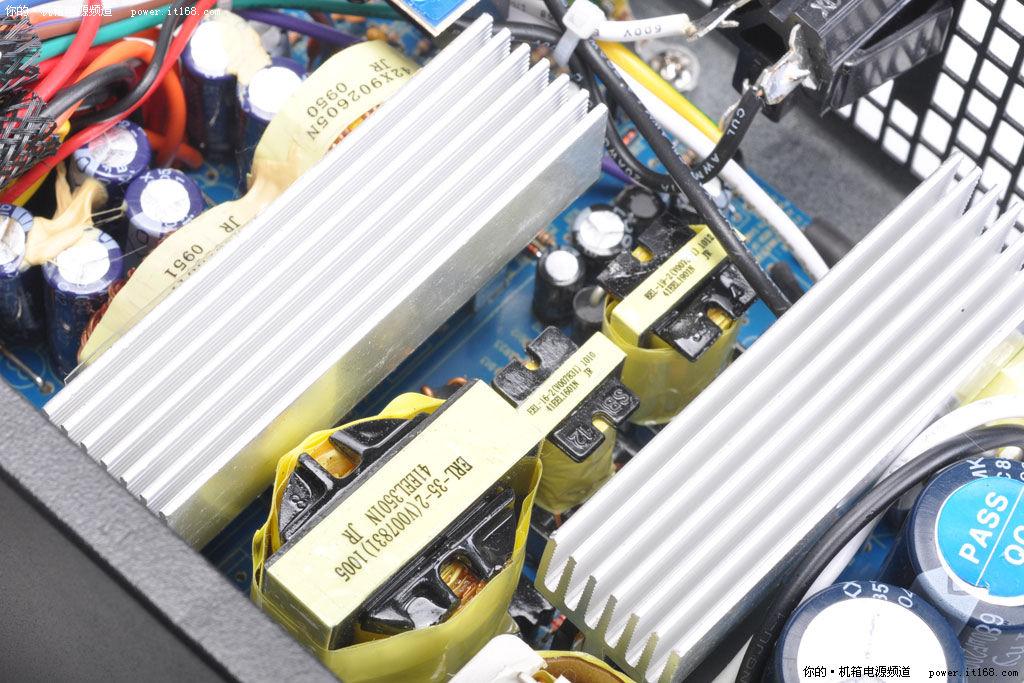 待机变压器的作用是为电源主电路供电,同时主板唤醒功能也通过它实现.