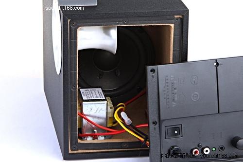 低音箱内部的结构是很相近的,布局也同样整洁.