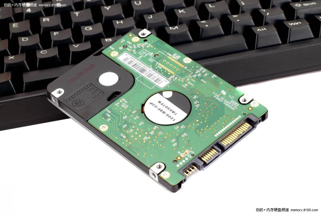 【IT168 评测】以往2.5英寸硬盘由于追求更小体积和更低发热,往往在一定程度上牺牲磁盘性能。在很长一段时间内2.5寸笔记本硬盘性能都要低于3.5寸台式机硬盘,更何况是固态硬盘,无可否认SSD固态硬盘无论在性能还是稳定性方面较传统机械式硬盘拥有无可比拟的优势。   面对这种局面,各存储设备厂商都在绞尽脑汁加强存储技术研发,诸如垂直记录等硬盘存储技术层出不穷,但在笔记本硬盘的存储容量和传输速度方面依然没能达到很好水平。  西数500G黑盘  背面设计   而作为传统的存储设备制造企业,Western