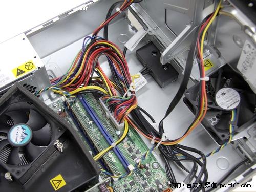 联想扬天a6880f的主机内部设计的非常合理,首先免工具的拆装设计
