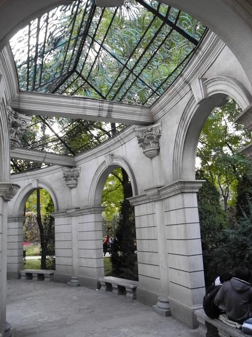 公园里的圆形欧式长廊