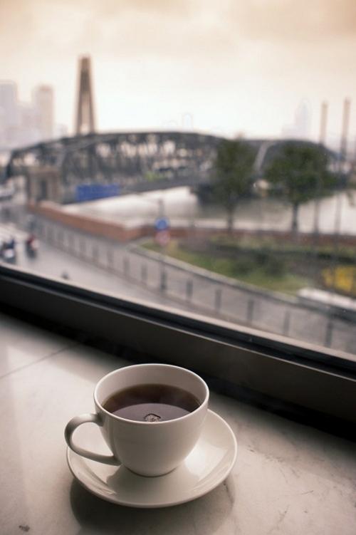 喝杯咖啡看看窗外的风景,有些要下雨了