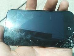 半米就摔碎! 裸奔iPod Touch飞来横祸