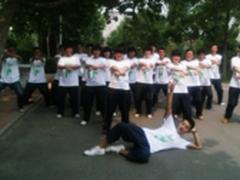 传递高考正能量 学生获赠OPPO正能量T恤