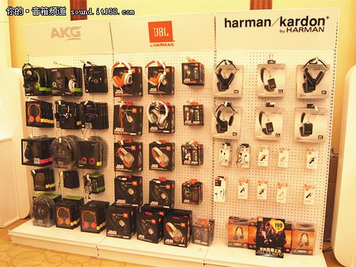 哈曼展厅门口的耳机展示柜