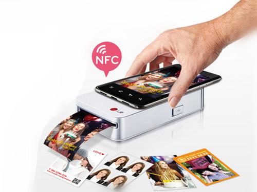 可以通过蓝牙(或nfc)与手机连接,随时可以将手机中的照片打印出来,与