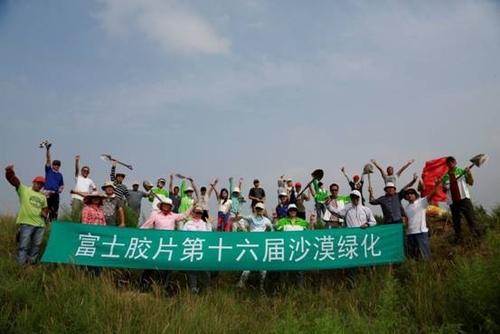 员工志愿者到中国的内蒙古沙漠地带来进行防治沙漠化的绿化植树活动.