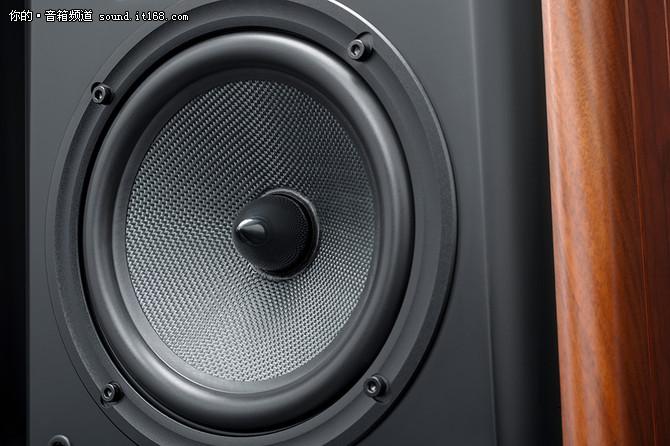 增加中音分频,解析更为细致   在高保真书架箱中,三分频系统尤为罕见,它的设计需要更为精湛的分频技术。M3 Plus最大的亮点是其小体积、三分频结构,增加一只专业级球顶中音单元,承担人声频带重放,极大提升了最难重放的人声自然度,声音清晰优美,让这只体积小巧的书架箱也能媲美大型落地式音箱的中频表现。中音的振膜材料使用优质的丝膜外涂声阻尼材料,完美重放高保真无损人声、乐器音频,保证了系统的绝佳顺滑感。