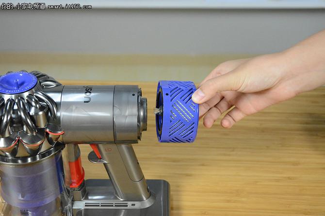 针对这一困扰,戴森v6 fluffy配备了空气净化器级别的过滤系统,它可以图片