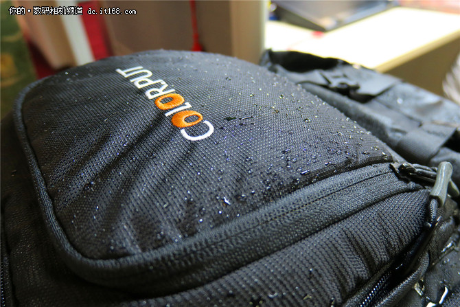 大容量巨能装 色放双肩摄影包极限测试