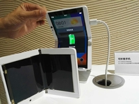 今年流行黑科技 OPPO展示折叠屏幕手机