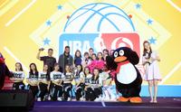 拉塞尔现身大学 与球迷共同看NBA总决赛