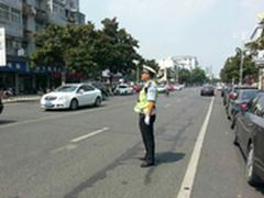 烈日炎炎下 一线交警携执法记录仪执勤