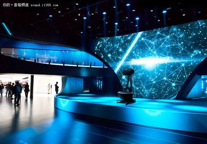 当然惠威MS2并不一定只能家用,可以在会场上用,也可以在展厅中用,甚至还可以在大妈们跳舞的广场上大展身手。当然,用惠威MS2当做广场舞播放器似乎有点太奢侈了,然而惠威MS2这般的任性,只要你喜欢,想摆哪里就摆哪里!惠威能够推出如此脑洞大开的地外科技,不得不让人给其一个大写的服!