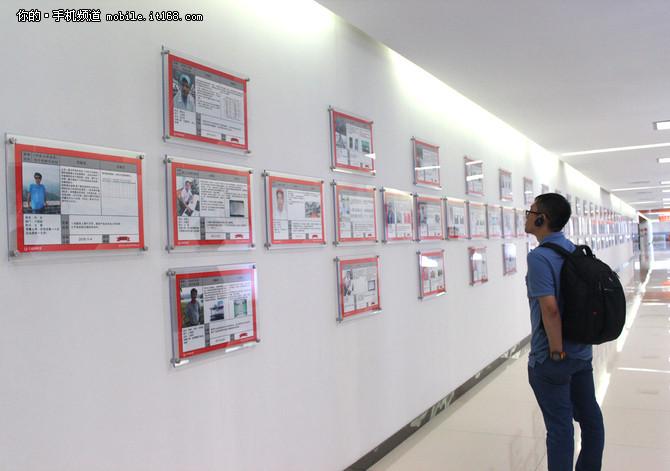 员工改善提案案例展示墙   在装配车间外的走廊展示了大量的员工改善提案案例,很详细地说明了改善前后的影响,这种公示方式的奖励的确很值得其他工厂企业学习。据悉这种方式自2013年开始推行。改善内容包括生产、生产各方面,涉及到质量改善、效率提升、技术创新、成本管控、民生等方面,到目前已累计收到改善建议2100份。   四、整机可靠性测试   手机在完整装配好之后就会被送到这个可靠性试验室进行各种暴力测试,可靠性测试相信是大家最喜见乐闻的生产环节,因为这个环节大家最能切身体验,手机是否容易摔坏、压坏、使用