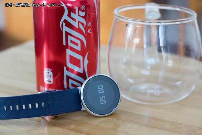 泡可乐进冰箱 荣耀手表S1的极限挑战