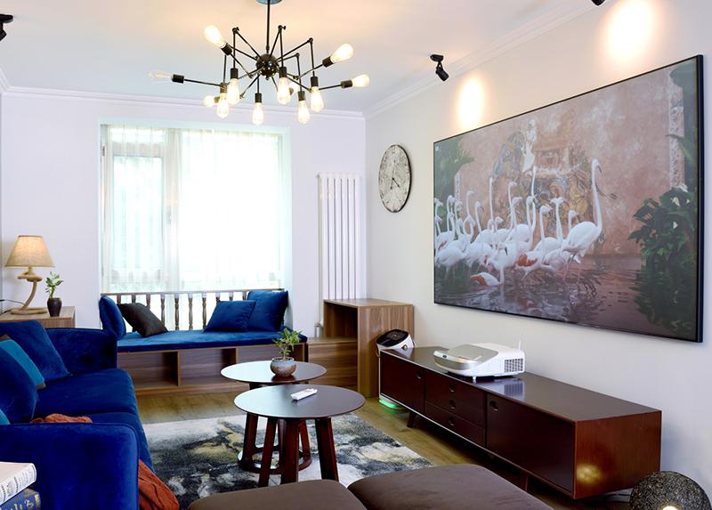 作為家居中最主要的公共活動空間,客廳的美學設計體現著屋主的品味,而它的功能設計則直接影響到屋主的生活品質。國際Andrew martin室內設計獎的常客梁志天也認為,生活要活到當下,豪宅也應該有家的感覺,客廳設計應該是以人為本,對功能和美學進行糅合。除了震撼的視覺體驗之外,明基i920超投電視在內容獲取上的表現也很令人驚喜。它內置明基專屬影庫,覆蓋全球90%以上優質影視資源,同時還支持下載包括愛奇藝、優酷、騰訊視頻TV版等各種視頻APP軟件,以及其他諸如美食、音樂、健身等等生活類應用APP軟件,可以