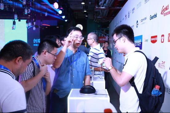 观众现场体验搭载了DuerOS的智能硬件产品   百度度秘事业部相关负责人现场表示,此计划将在未来三年逐渐形成以DuerOS为核心进行分发扩散的合作伙伴生态圈。DuerOS将对开发者、智能家电等企业应用方、室内娱乐等内容资源方,以及芯片模组方进行有序整合。   此计划将从三个层次对纳入生态圈的合作伙伴进行赋能,全链条的帮助方案商,从接触客户、为客户提供技术、打造产品、宣传产品进行支持。一方面从技术层面为合作伙伴赋能,为合作伙伴提供唤醒万物的核心能力及数据等;另一方面将百度在平台方面的优势进行共享,为