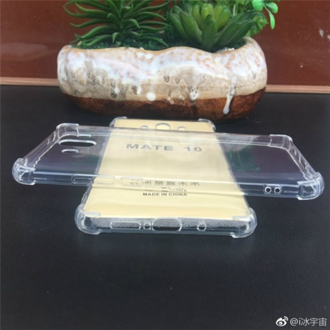 华为Mate10曝手机壳 惊现两个神秘开孔