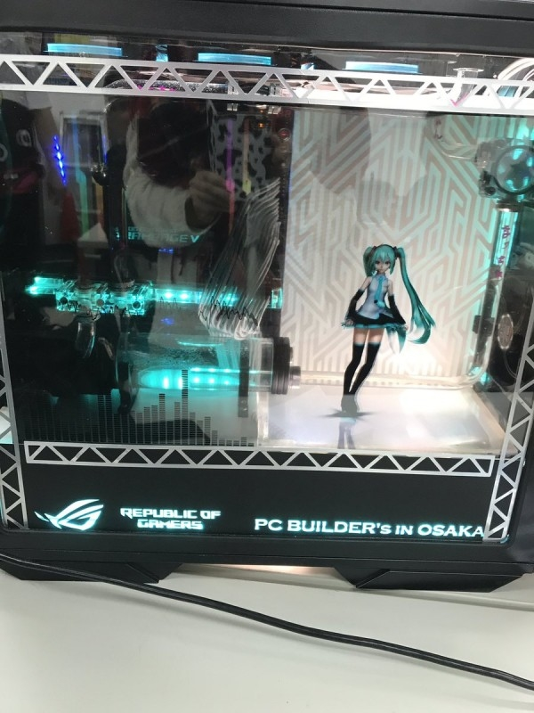 居然还能动 日本宅男将初音放入PC机箱