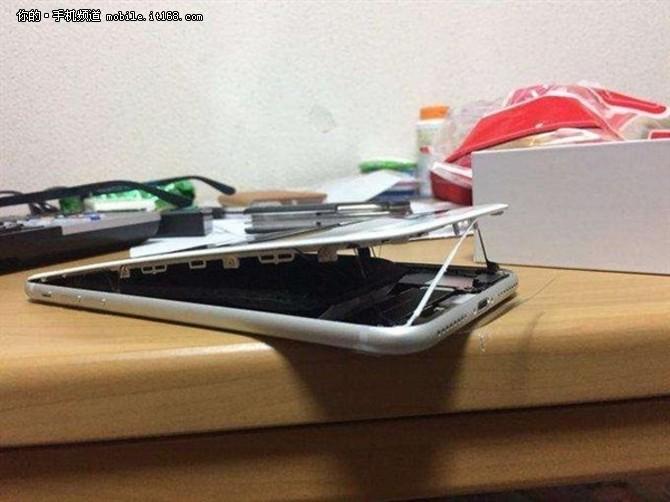 iPhone 8电池肿胀 又一手机屏幕被撑开