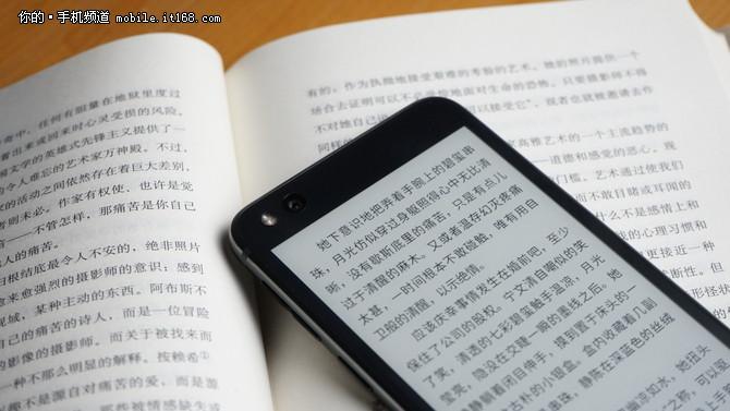 YOTA3双屏手机评测:随时随地读本好书