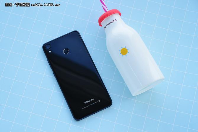 海信哈利手机外观   当然啦,除了这块18:9全面屏之外,机身的的背面采用了玻璃作为机身材质,同时2.5D的玻璃设计配合镭雕褪镀的边框工艺让其拥有相当不错的质感。同时星空黑、玲珑金、珊瑚蓝三种配色设计也让用户可以根据自己的喜好选择自己喜欢的配色。
