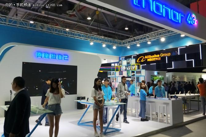 荣耀7X亮相2017移动全球合作伙伴大会
