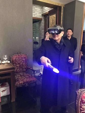 《星战8》今天首映 柳传志大秀光剑交战