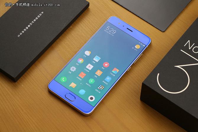 小米手机品牌日开启 爆款新机直降300元