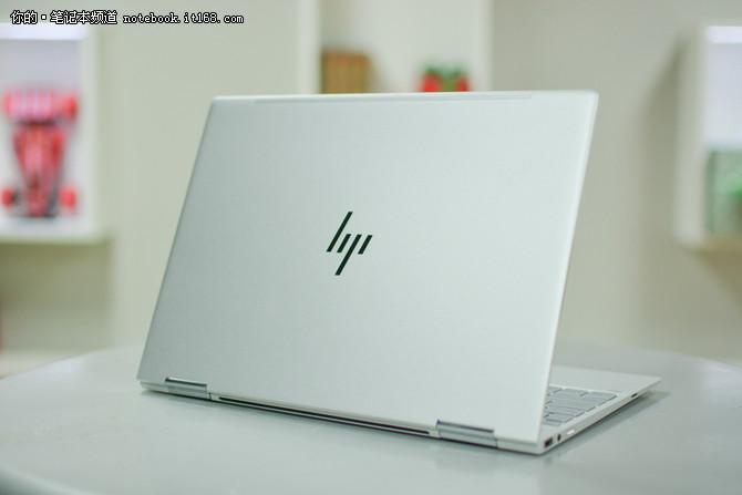 惠普Spectre x360 新款,星空银   惠普为Spectre x360配备了一块13.3英寸1920x1080分辨率的屏幕,支持十点触控。左右边框的宽度仅为5.75mm,缩小了机身却带来了更为宽阔的视野。全新的惠普幽灵系列HP Spectre x360似乎要在很多方面都想玩点心花样,能变形是最大卖点,四种操控模式随心而变。机身薄至13.