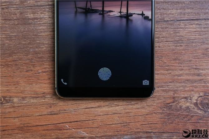 vivo X20 Plus屏下指纹征服老外:外玻璃磨花照样用