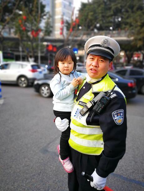 2岁女孩车流穿梭 交警及时抱起带其寻母