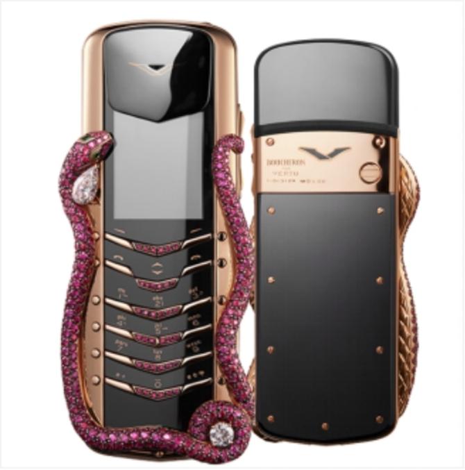 奢侈品手机品牌VERTU(纬图)却坚持20年出淤泥而不染;自1998年品牌创立后,VERTU便一直定位的是奢侈品市场而不是同质化的普通电子消费市场,其所有的零部件都是由精挑细选的工匠们手工抛光打磨后进行组装的;手机外壳上的保护材质也只使用珍稀皮革;拥有奢华手机之冠之称的VERTU Signature眼镜蛇限量版手机便是这么一款极奢主义美学的代表作。