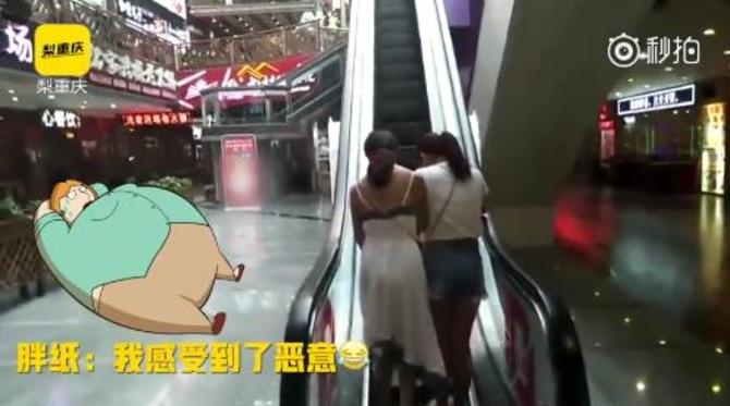 重庆现最苗条电梯 两苗条网友勉强并列通过