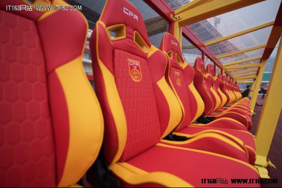 """安德斯特""""中国红""""赛车座椅亮相国足赛场。"""