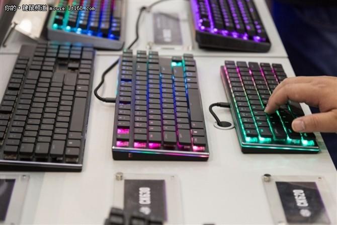酷冷至尊展示迷你键盘:樱桃MX RGB矮轴