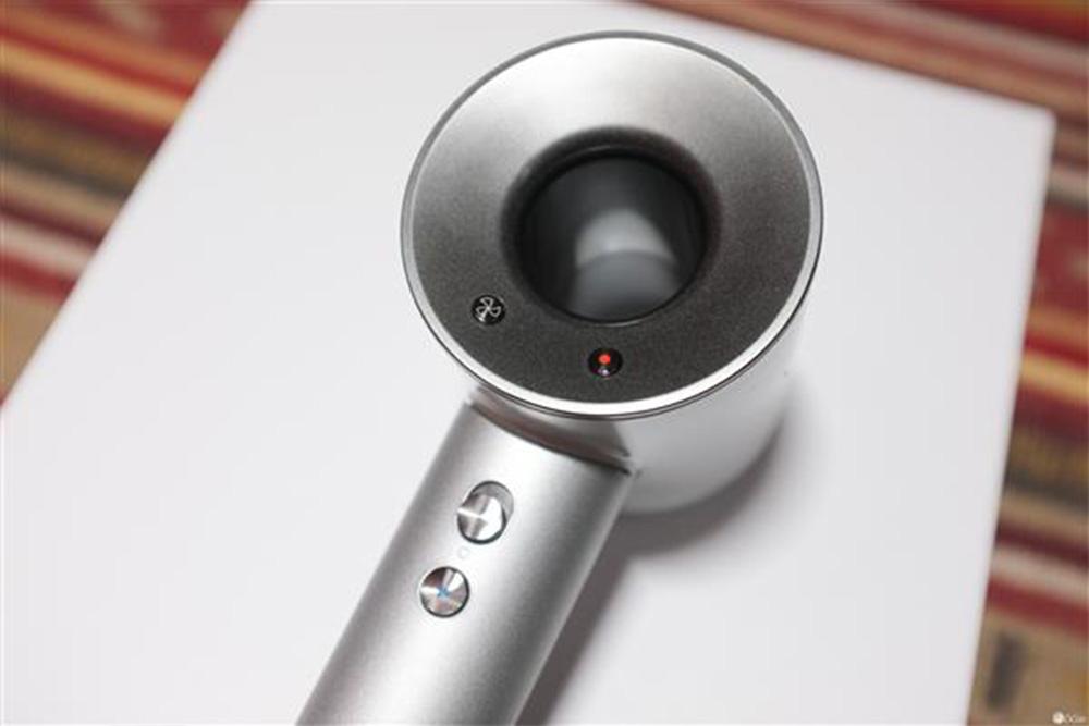 5/10 6/10这款吹风机延续了戴森无叶风扇的风格,采用第九代数码马达图片
