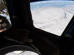 直击飓风袭击后的美国 供电线路损毁 灾区汽车成潜艇