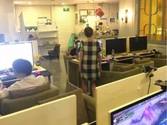 60岁大妈网吧玩魔兽世界 操作还很娴熟