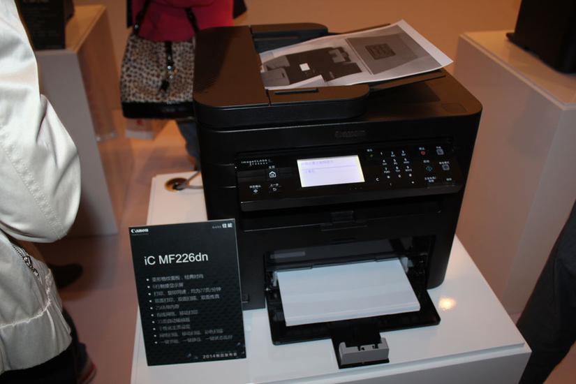 智能黑立方系列产品能够实现27页/分钟(iC MF229dw/226dn/223d)和23页/分钟(iC MF216n/215/212w/211)的打印和复印速度。4合1型产品iC MF229dw/226dn/216n及3合1型产品iC MF223d的内存高达256MB,其余3款产品的内存也扩展至128MB,对打印、复印等任务的处理速度更快,与市场中同类型产品相比具有一定优势。智能黑立方还加强了与移动办公设备的兼容联动性,其中带网络功能的四款产品iC MF229dw/226dn/216n/212w全面支持