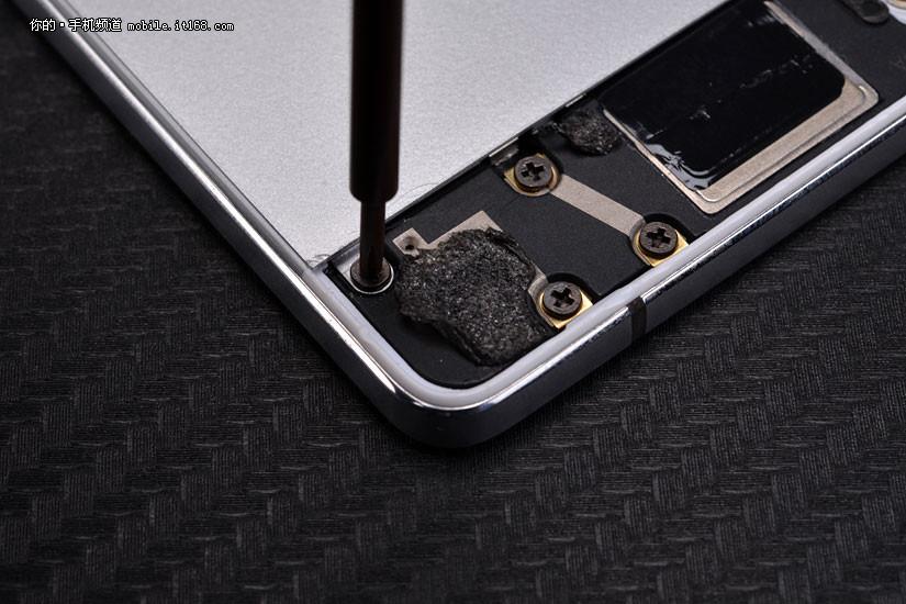 oppo r5的金属后盖采用螺丝固定,拆开上下几颗螺丝就可以将后盖拆开.