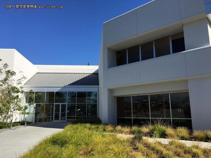 接着我们就走进乐视北美总部大厅,一楼展示了乐视全生态产品.
