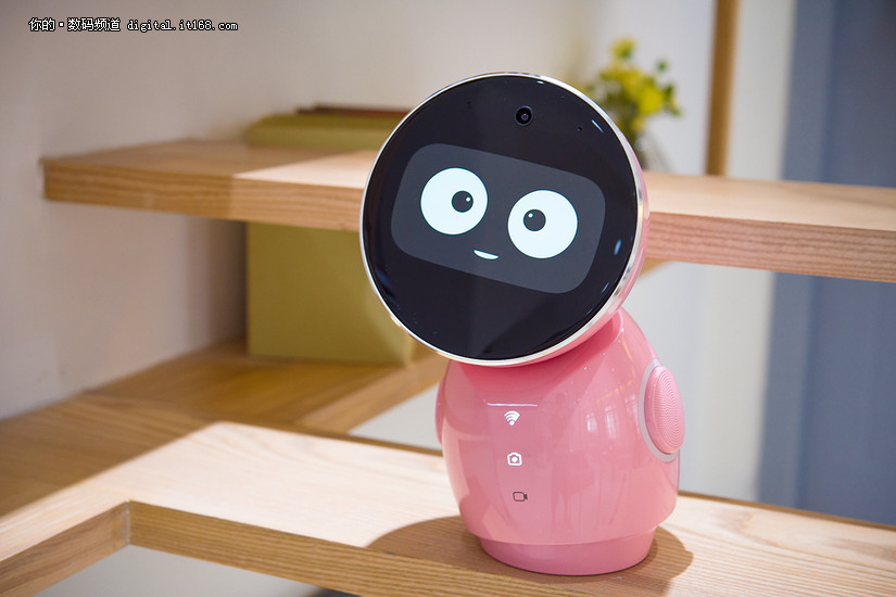 让本就圆润可爱的小忆机器人看上去更显粉嫩可人,加上能说会道,能歌善