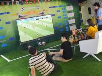 别人家的公司! 百寸电视让办公室秒变足球场